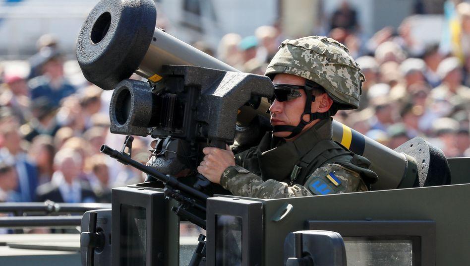 Ukrainischer Soldat mit einer Javelin-Panzerabwehrwaffe bei einer Militärparade: Das Lenkwaffensystem kann gegen Panzer, gepanzerte Fahrzeuge oder Bunker eingesetzt werden