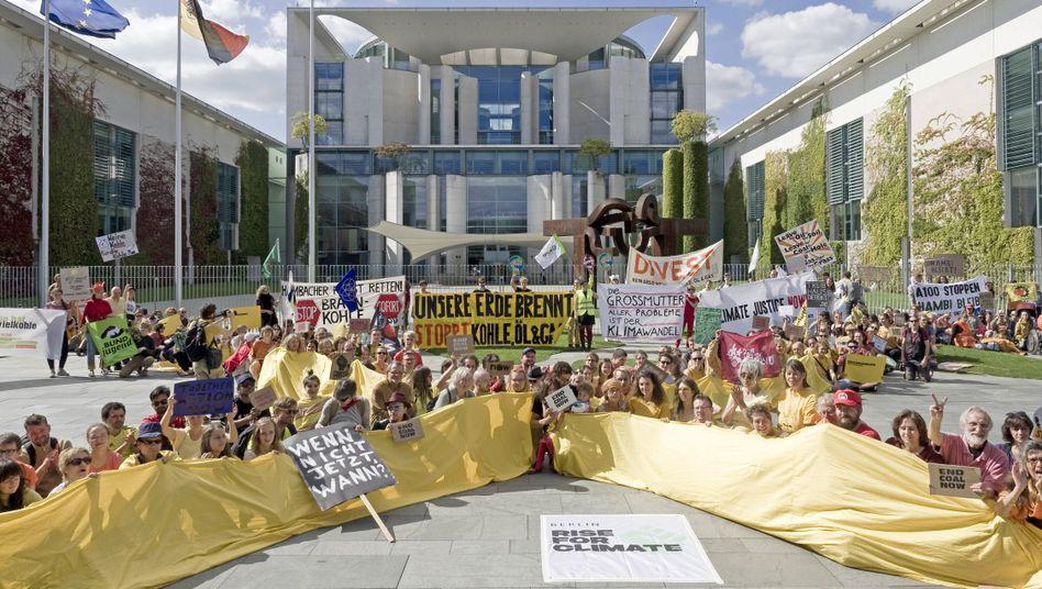 Klima-Demonstration vor dem Bundeskanzleramt