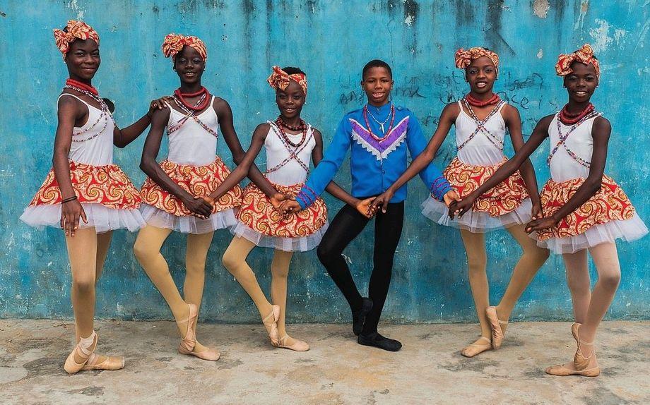 Dank vieler Spenden haben Anthony und die Ballettschülerinnen schöne Kostüme