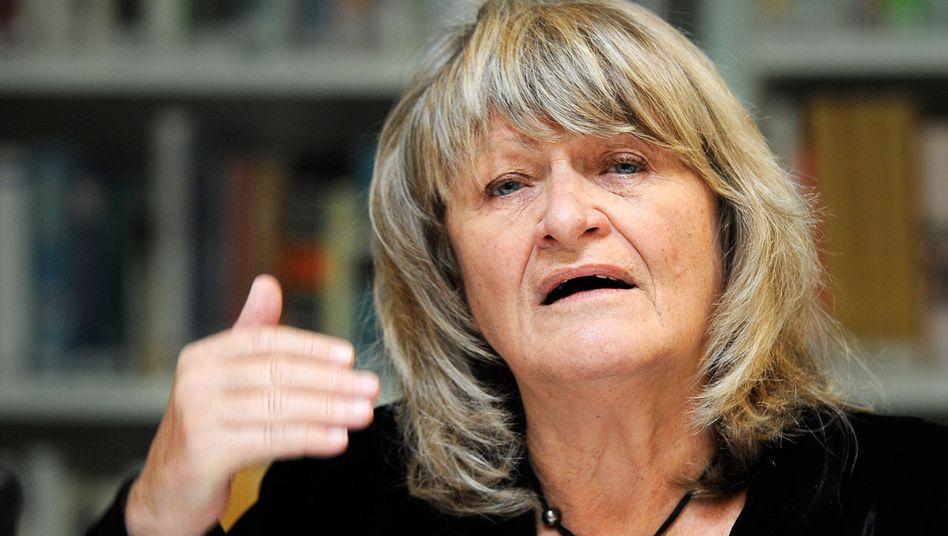 Frauenrechtlerin Schwarzer: Stattet Stiftung mit einer Million Euro Kapital aus