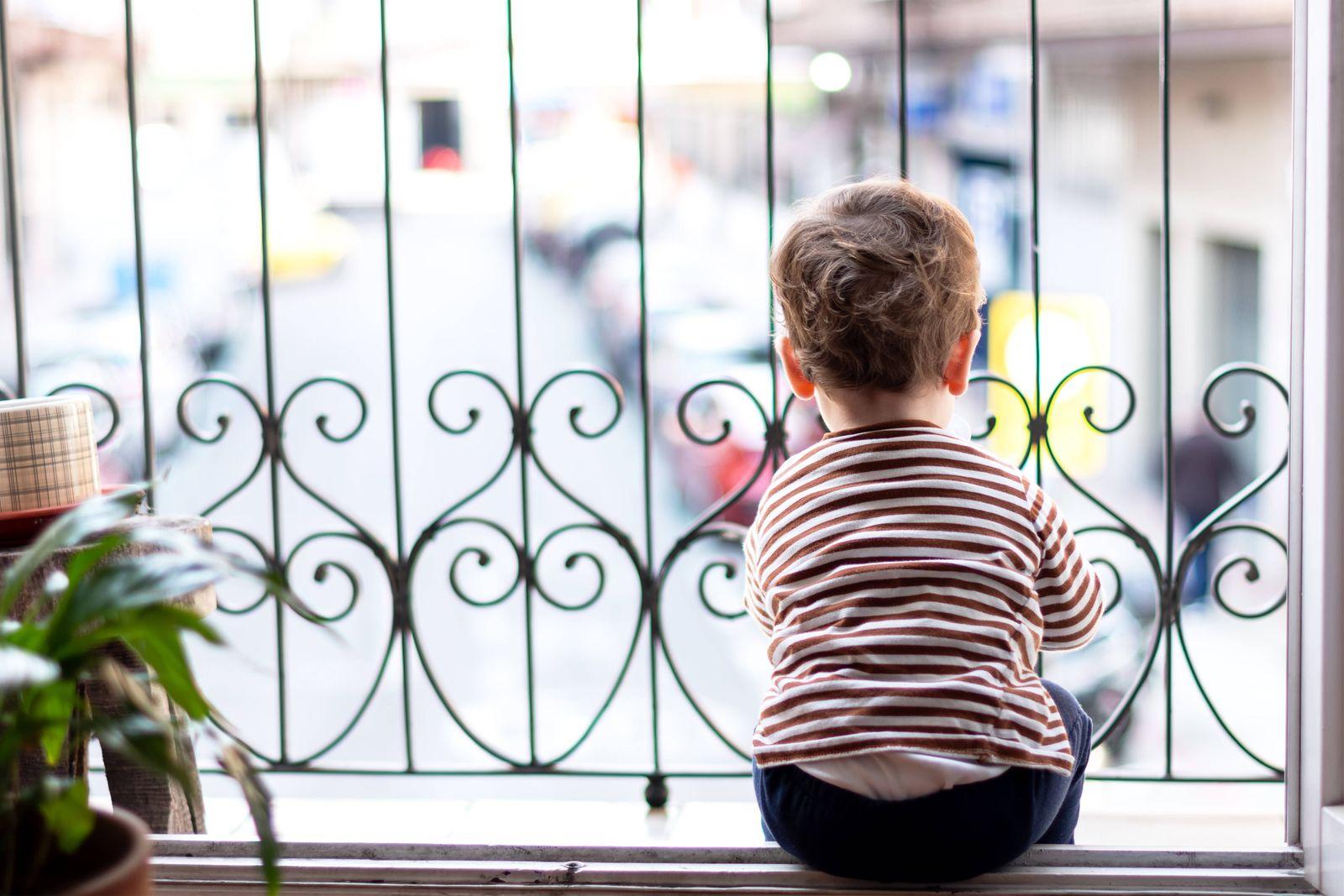 Bored kid staring off the balcony in quarantine. Vitoria-Gasteiz, PV, Spain PUBLICATIONxINxGERxSUIxAUTxONLY CR_JGRUEB20
