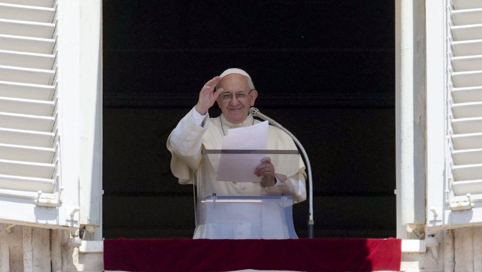 Papst Franziskus am Fenster während des Angelusgebets (Archiv)