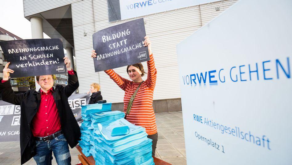 Protestaktion vor der Konzernzentrale: Lobbycontrol-Aktivisten kritisieren das Schul-Sponsoring von RWE