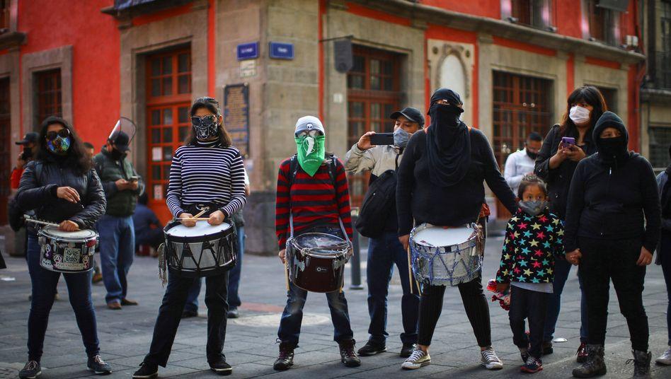 Frauen bei einer Demonstration gegen Femizide in Mexiko-Stadt