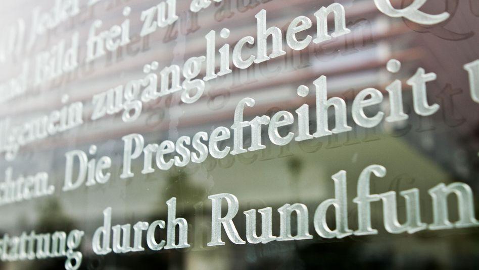 Ausschnitt des Grundgesetzes am Außenhof des Jakob-Kaiser-Hauses in Berlin