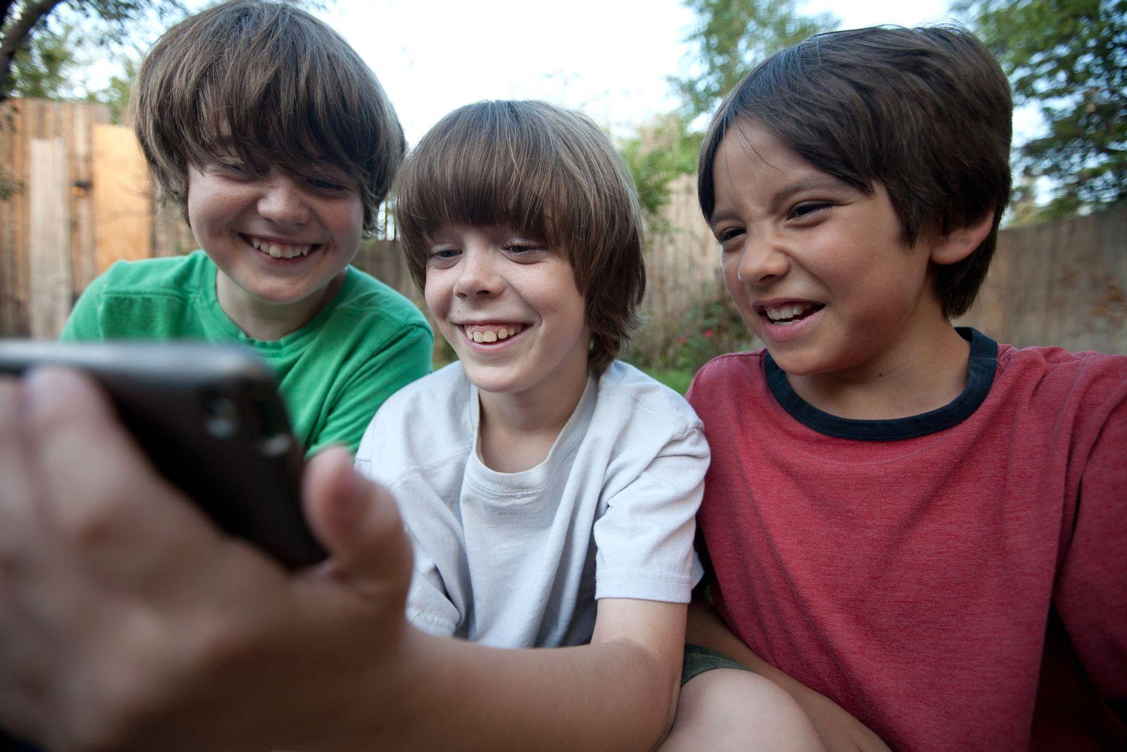 NICHT MEHR VERWENDEN! - Symbolbild Kinder/ Smartphone