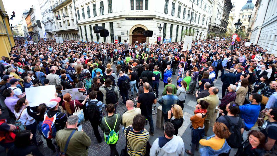 Proteste vor der sogenannten Soros-Uni in Budapest im April