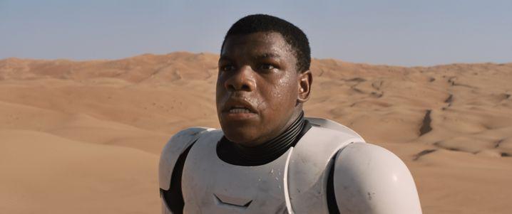 "John Boyega ganz am Anfang des Teasers zu ""Star Wars VII"""