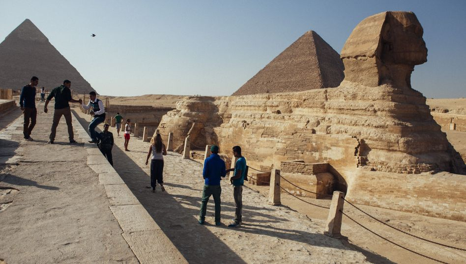 Touristen bei den Pyramiden und der Sphinx: Politische Unruhen schwächen Fremdenverkehr