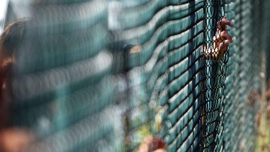 Zaun eines Asylbewerberheims: Fast 46.000 Anträge