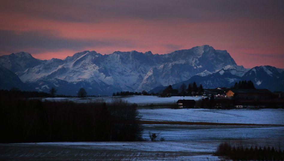 Blick auf die Alpen mit der Zugspitze (r.)