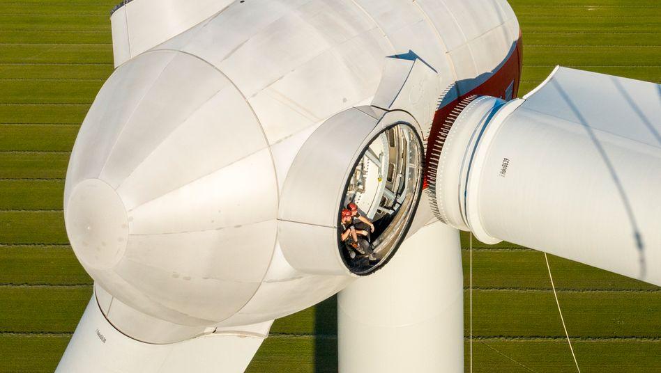 Setting up a wind turbine in Brandenburg