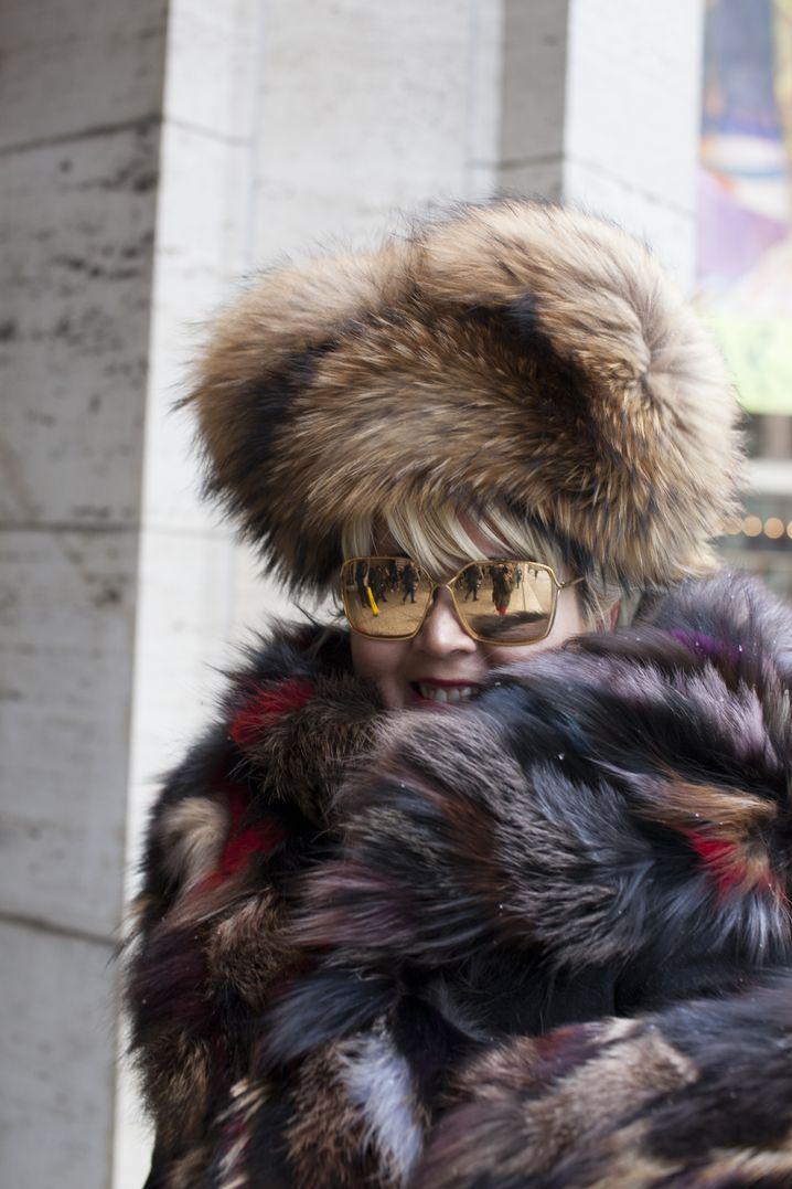"""Vanessa, 36, Personal Shopper: """"Gott sei dank schneit es! Ich habe ewig auf die Gelegenheit gewartet, diese Russenmütze aus dem Schrank zu holen. Bei Hüten mag ich am meisten die Fascinators - also festlichen Kopfschmuck, der bei besonderen Anlässen getragen wird. Ich mache auch jedes Mal bei der Easter Parade in New York mit, bei der viele New Yorker mit riesengroßen extravaganten Hüten herumlaufen. Meine letzte Kreation war 120 cm hoch und genauso breit. Bei der Fashion Week würde das auf Dauer aber zu sehr auf den Nacken gehen."""""""