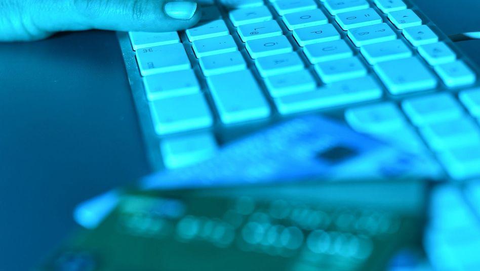 Computertastatur und Kreditkarten