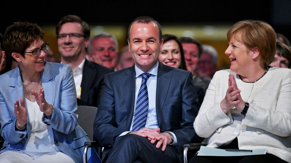Zwischen der neuen und der alten CDU-Chefin: Manfred Weber ließ sich feiern.