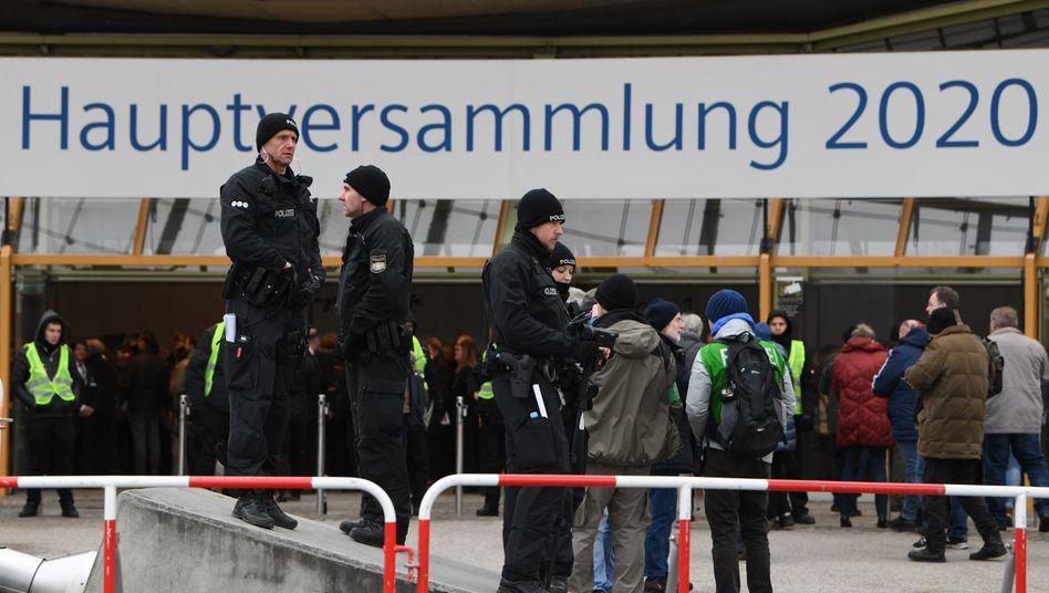 Polizisten sichern den Eingang zur Siemens-Hauptverhandlung in der Münchner Olympiahalle