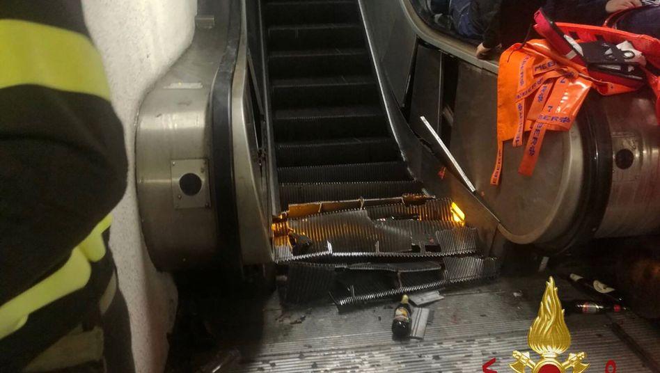 Trümmer der eingestürzten Rolltreppe auf den unteren Stufen