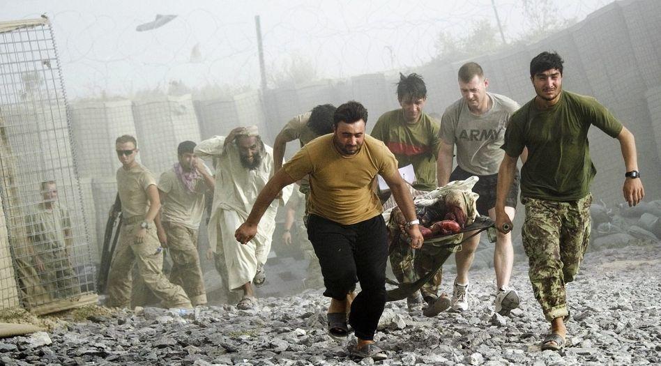 Bergung eines Anschlagsopfers in der Provinz Kandahar am 25. August: Die Afghanen haben sich zurückgezogen in Verzweiflung, Misstrauen und Verschwörungstheorien