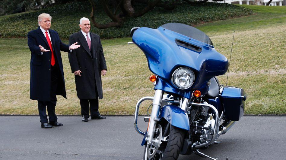 Da war noch alles in Ordnung: Trump bei der Vorstellung einer Maschine von Harley-Davidson (2017)