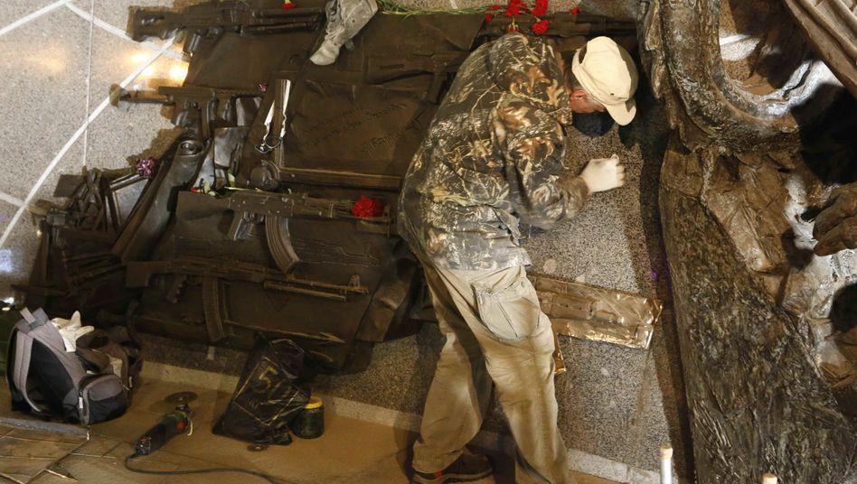 Korrektur mit Schleifwerkzeug am neuen Moskauer Kalaschnikow-Denkmal