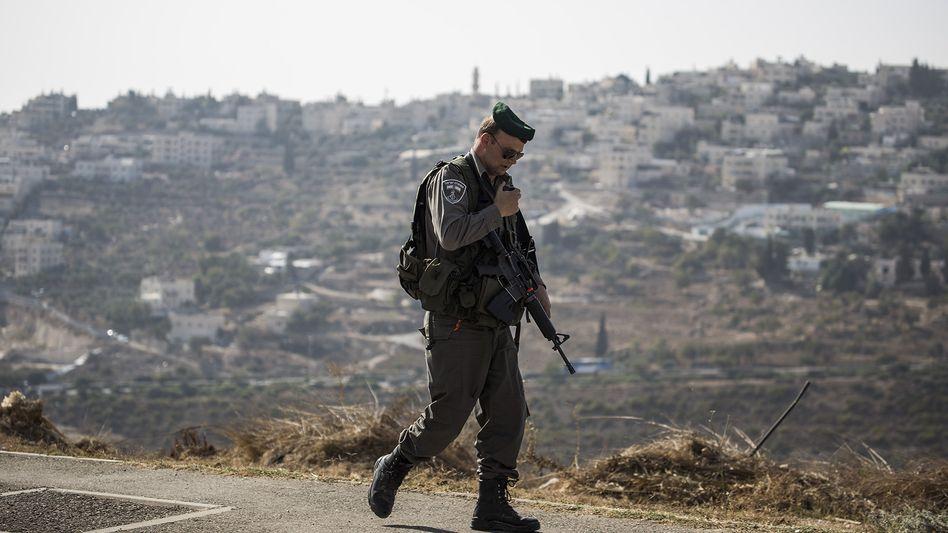 Ein Polizist am Tatort in Jerusalem: Der 16-jährige Attentäter ist tot
