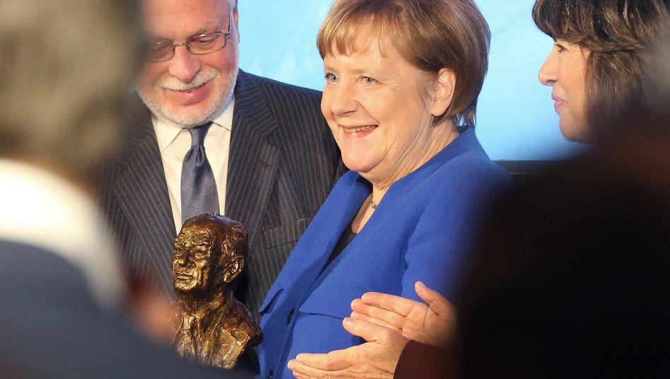 Bundeskanzlerin Angela Merkel und Christiane Amanpour bei der Verleihung des amerikanischen Fulbright-Preises für internationale Verständigung