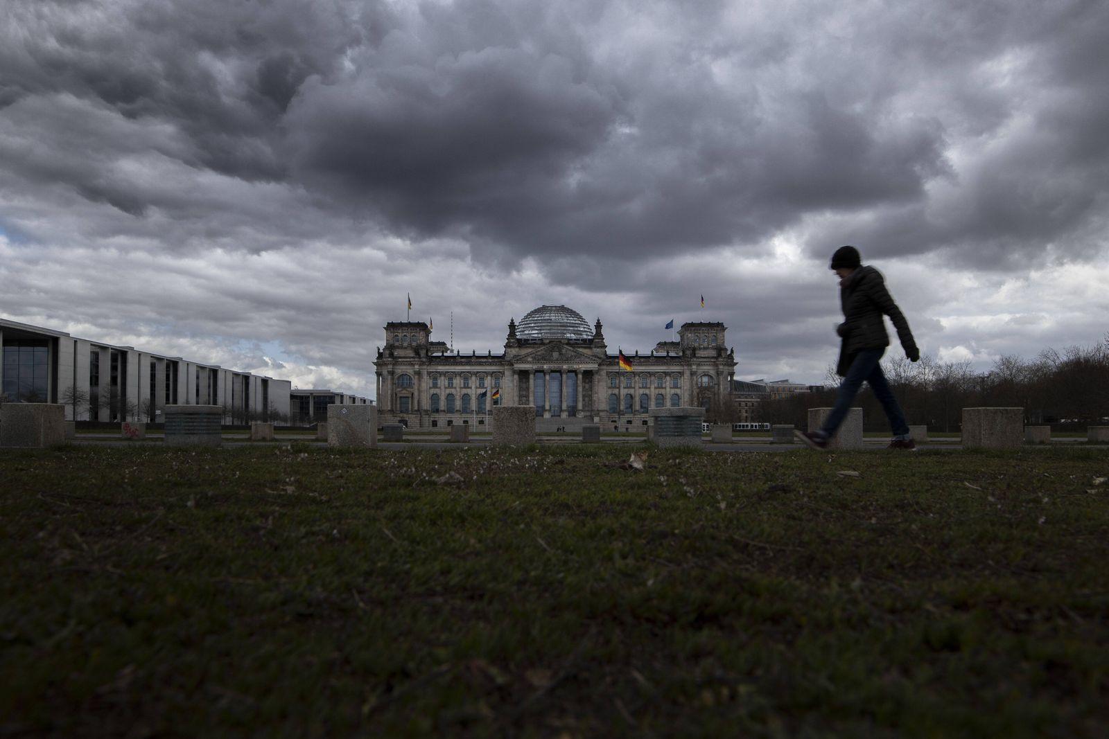 Eine Person zeichnet sich vor dem Deutschen Bundestag ab in Berlin, 08.04.2021. Berlin Deutschland *** A person stands