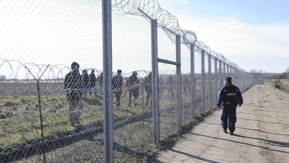 Grenzzaun zwischen Ungarn und Serbien nahe Morahalom