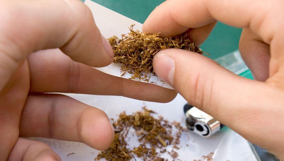 Ein Mann dreht sich eine Zigarette
