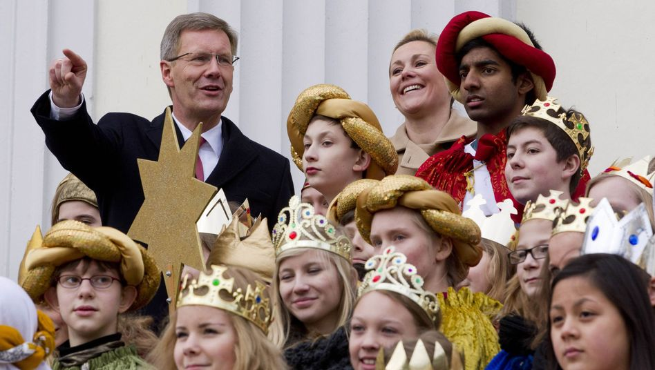 "German President Christian Wulff (top left) and his wife Bettina meet ""Sternsinger"" carol singers during a reception at Bellevue Palace on Thursday."