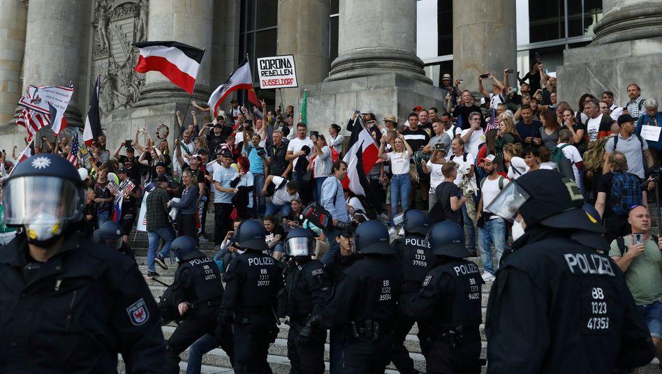Treppe des Reichstagsgebäudes in Berlin: Demonstranten durchbrachen Absperrungen, die Polizei musste eingreifen (Foto vom 29. August)