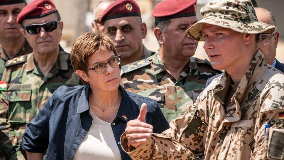Verteidigungsministerin Annegret Kramp-Karrenbauer beim Besuch der Bundeswehrsoldaten im Nordirak (Archivbild)