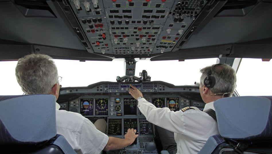 Piloten eines Airbus A380 der Lufthansa: Zwei-Personen-Regel im Cockpit