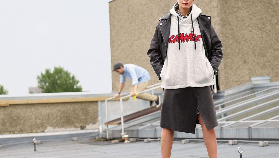 Leyla Piedayesh, 47: 2004 gründete die Deutsch-Iranerin das Stricklabel Lala Berlin. Kaschmir-Schals im Palästinenser-Look wurden zu ihrem Markenzeichen. Heute wird ihre Mode mit den bunten Mustern und auffälligen Prints auf der ganzen Welt verkauft. Sie gehört zu den führenden Modemachern Berlins.