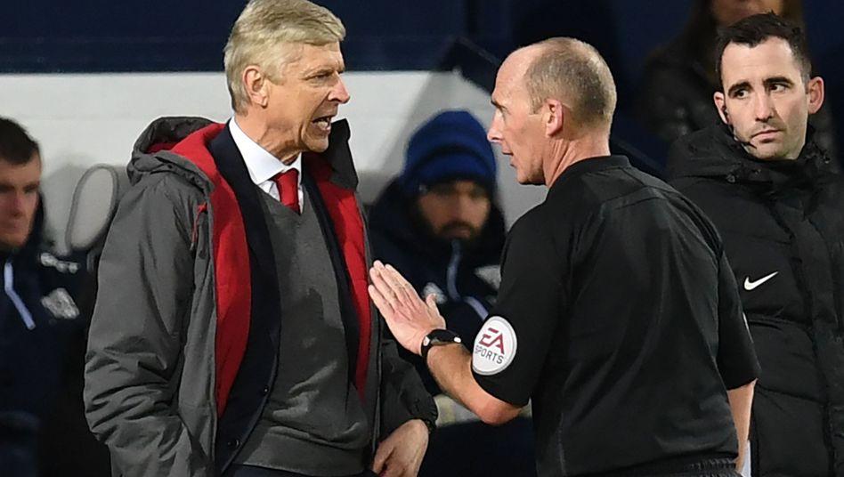 Arsène Wenger (links) diskutiert mit Schiedsrichter Mike Dean