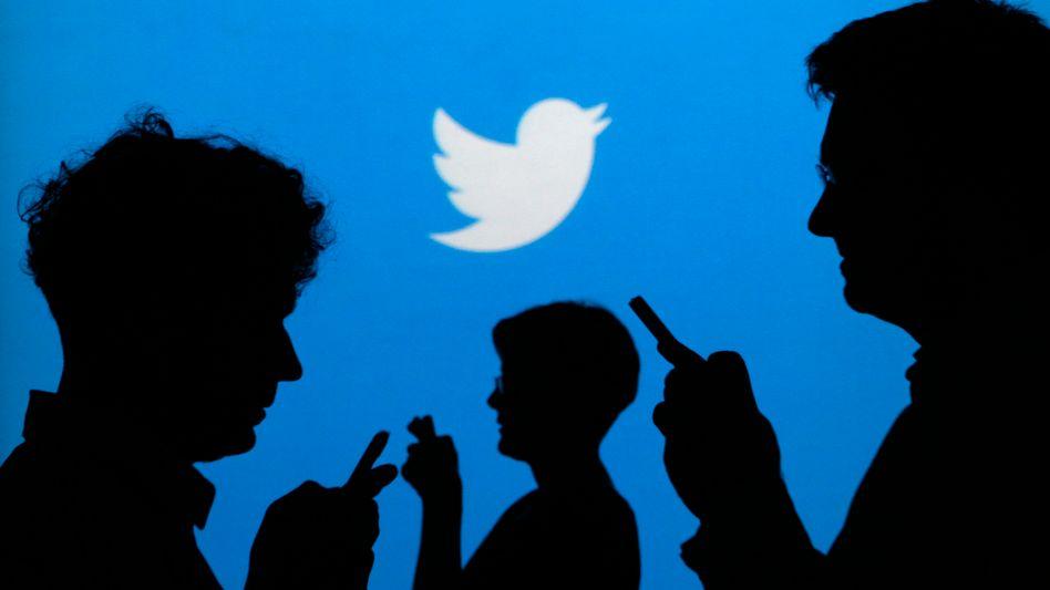 Nutzer vor Twitter-Logo: In einigen Timelines werden derzeit auch favorisierte Tweets anderer Nutzer angezeigt