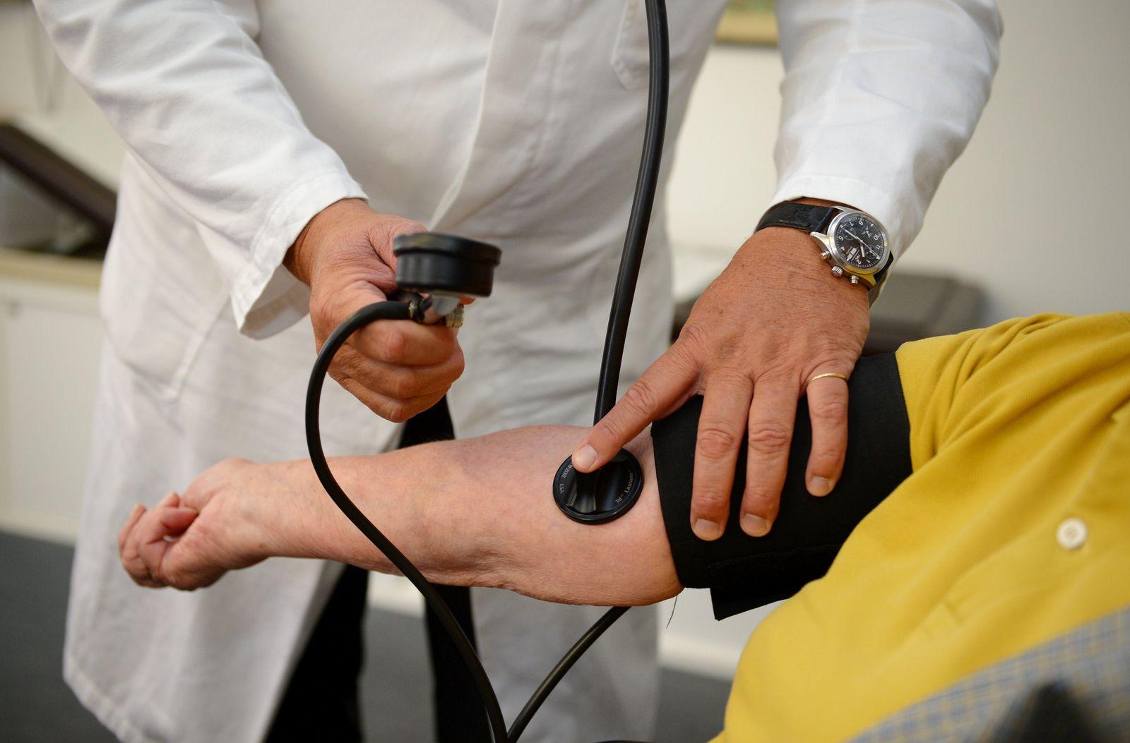 Hausarztpraxis Hausarzt Arzt Blutdruck messen