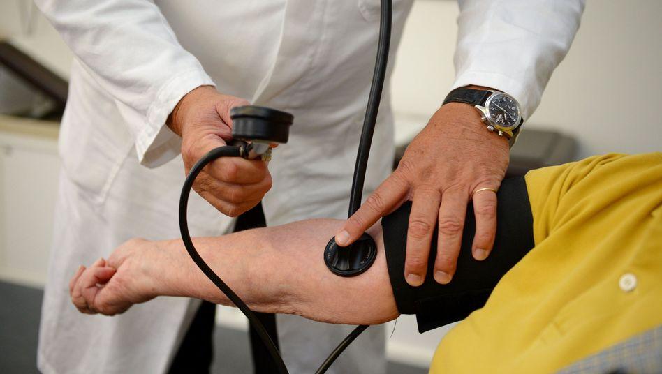 Hausarzt beim Blutdruckmessen: Sorge um Versorgung auf dem Land