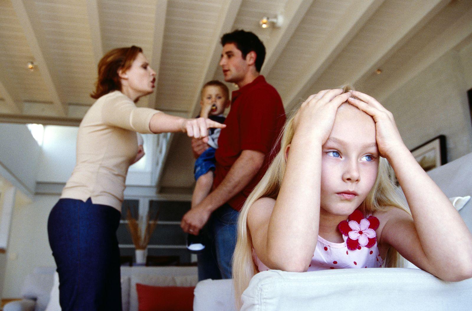 NICHT MEHR VERWENDEN! - SYMBOLBILD Streitende Eltern / Kind