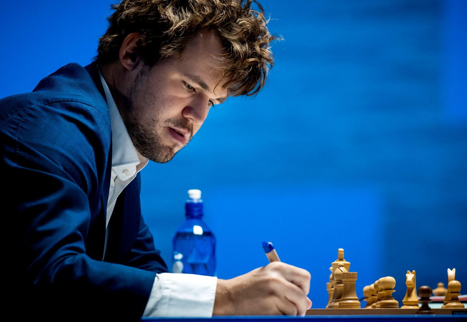 WIJK AAN ZEE - Magnus Carlsen plays against Alexander Donchenko in the fifth round of the international chess tournamen