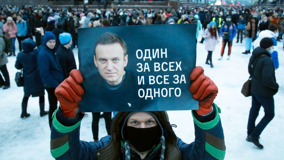 Demonstrant mit Nawalny-Plakat: Einer für alle und alle für einen