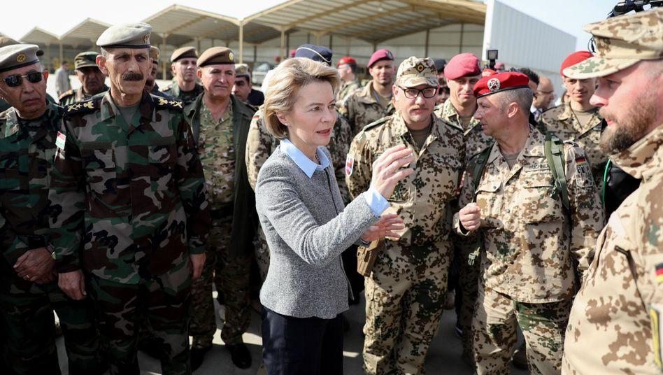 Ursula von der Leyen mit Bundeswehrsoldaten im Irak (Archiv)
