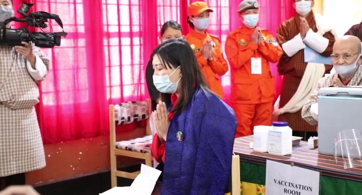 Ninda Dema war Bhutans erste Geimpfte Ende März. Die Premiere wurde von einer buddhistischen Zeremonie und Gesängen begleitet