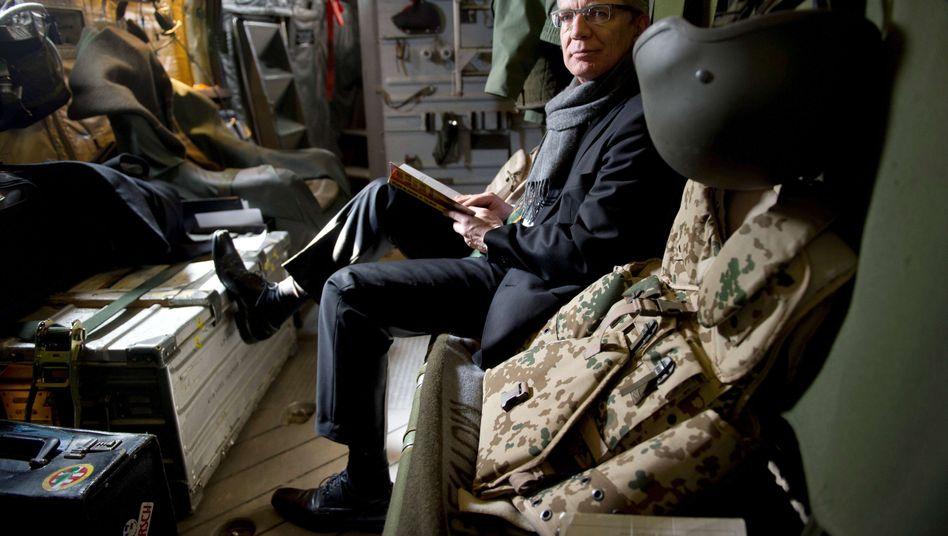 Verteidigungsminister de Maizière in einer Bundeswehrmaschine: Keine ethischen Bedenken