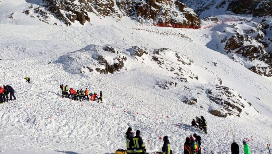Italien, Schnaltal: Rettungskräfte arbeiten am 28. Dezember bei einer Suchaktion nach einer Lawine auf einer Skipiste