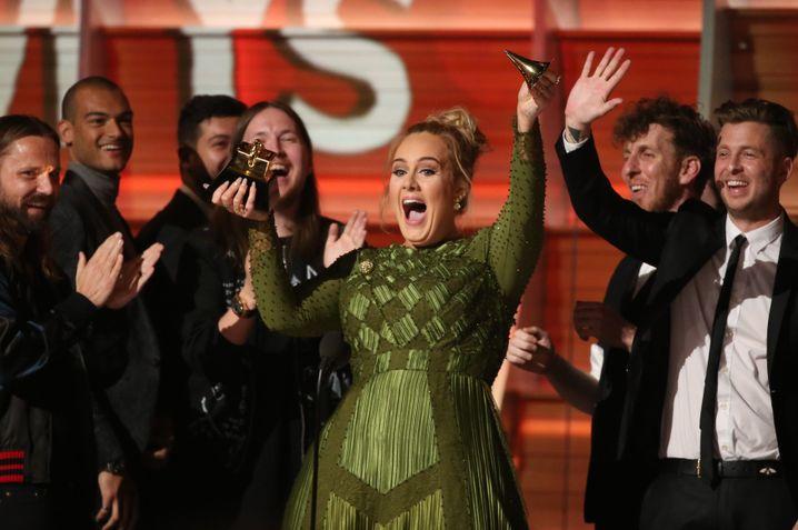 Adele zerbricht die Grammy-Trophäe