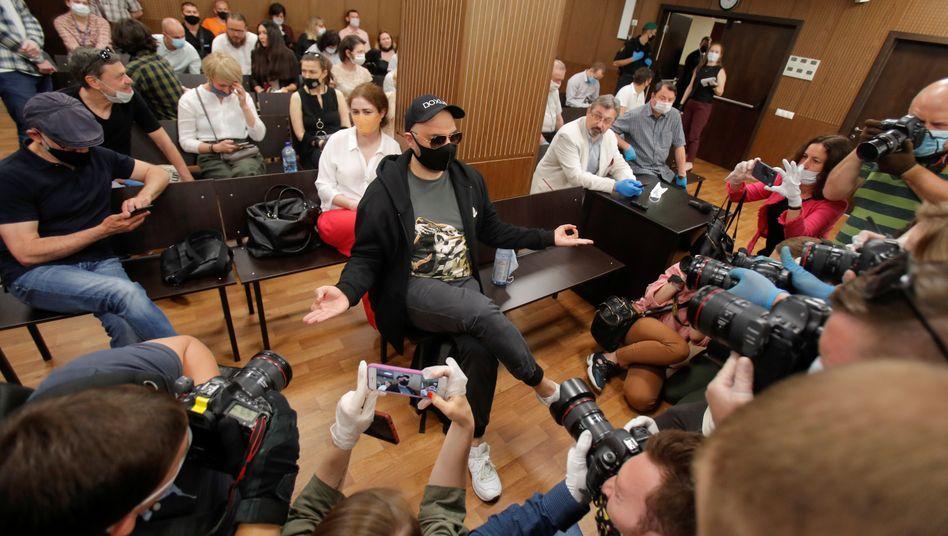 Theatermacher Serebrennikow (Mitte) im Gerichtssaal