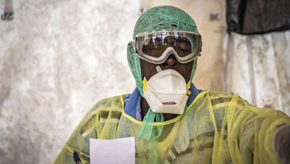 Helfer in Sierra Leone: Die Kleidung schützt ihn davor, sich bei der Behandlung eventuell Infizierter selbst anzustecken