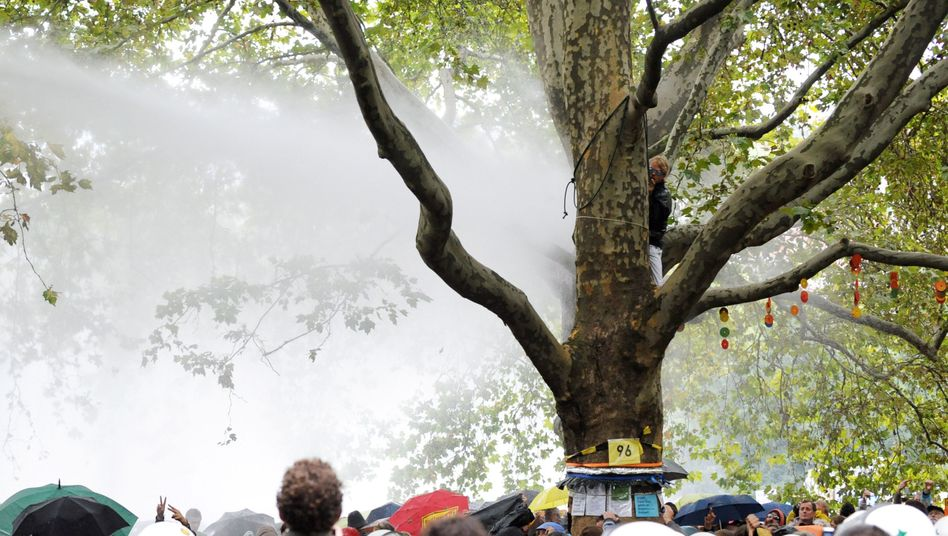 Proteste im Stuttgarter Schlossgarten: Polizei setzt Wasserwerfer gegen Demonstranten ein