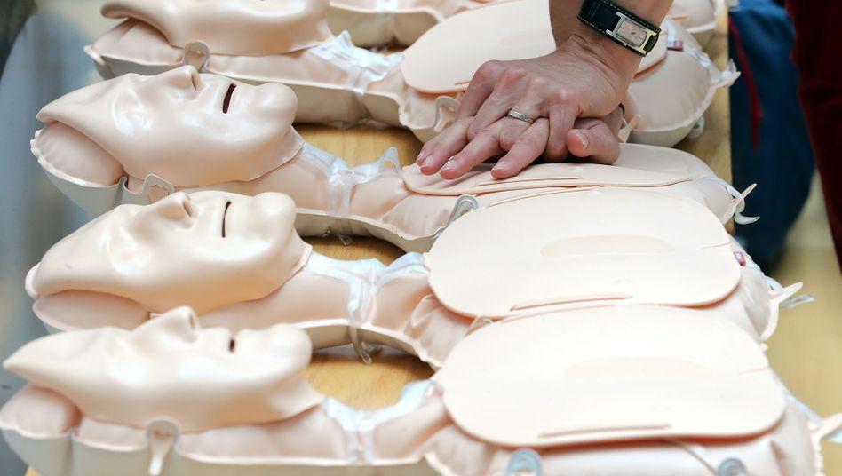 Demonstration der Herzdruckmassage an Übungspuppen (Symbolbild)